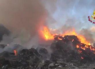 Un altro incendio nella zona industriale di Carini. In Sicilia non si fa nulla per la qualità dell'aria